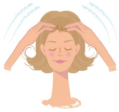 頭皮マッサージは指の腹で気持ちいい程度の圧で、3分ほど行います。こった頭皮の血行が促進され、ツボ押しの効果がアップ!