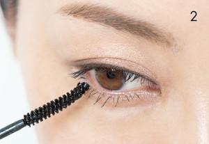 マスカラのブラシを縦に使い、下まつ毛にきれいにつけて。こうすると、人の視線を下まつ毛のほうにそらすことができます