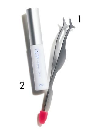 1.着脱がしやすい、つけまつ毛専用のピンセット。カーブしたT字の先端が特徴。便利な修復ベラ付き。つけまピンセット¥750/ノーブル 2.つけまつ毛を固定する〝のり〞。強力な医療用テープの素材で作られ、引っ張っても取れにくい。目立たない透明タイプ。ディーアップ アイラッシュ フィクサーEX 552 ¥900/ディー・アップ