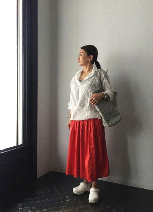 小林さん 赤スカート