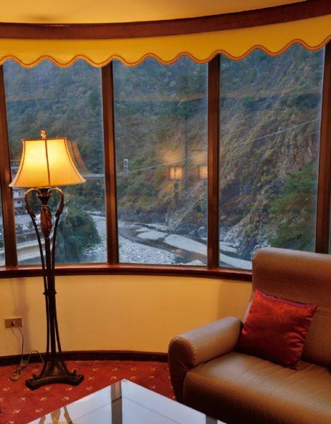 假期大飯店 スイートルーム 窓越し