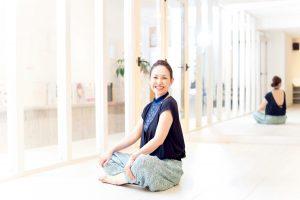ボディワークプロデューサーkyoさんの毎日YOJO①骨盤を動かすことで不調のもとを改善させるメソッド