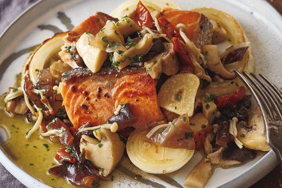 「作りおき」で毎日手軽に「きのこパワー」を摂取!④「ペペロンチーノきのこ」ソースで「鮭と玉ねぎのソテー」