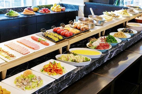 ずらりとベジタブル料理の並ぶ朝食で元気に!  東京駅至近の伝統のホテルがすごい