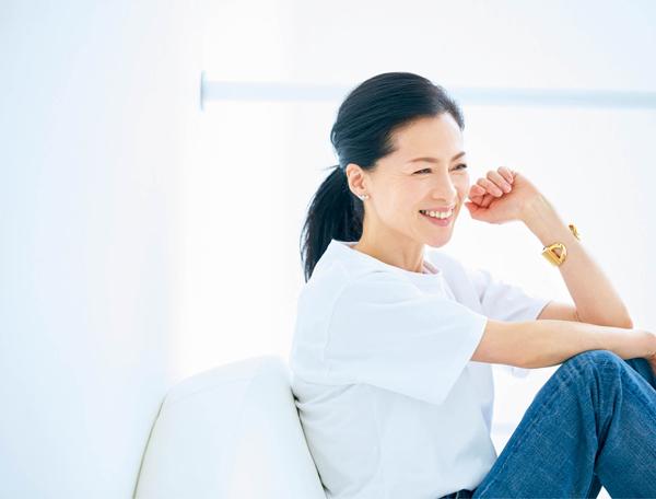 松本千登世さん 白シャツ