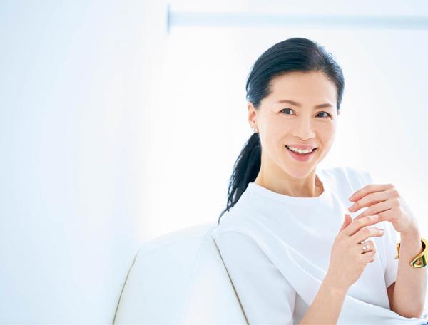 松本千登世さん 白シャツ3