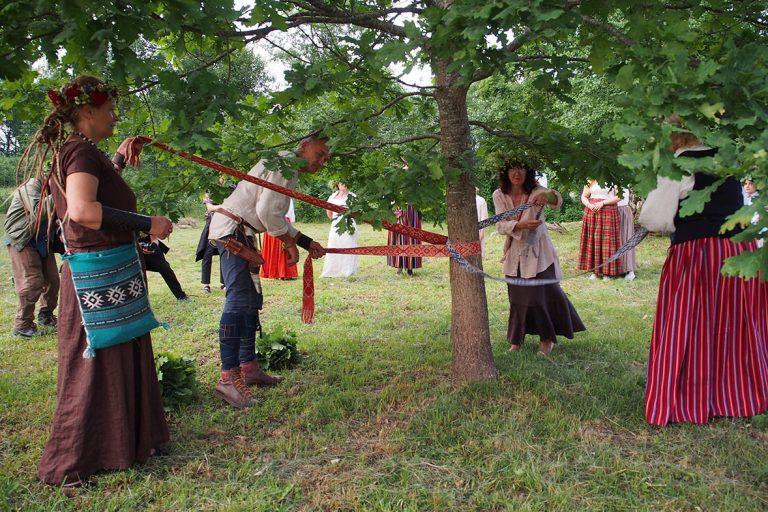 ラトビアで、花冠が素敵な夏至祭を体験!