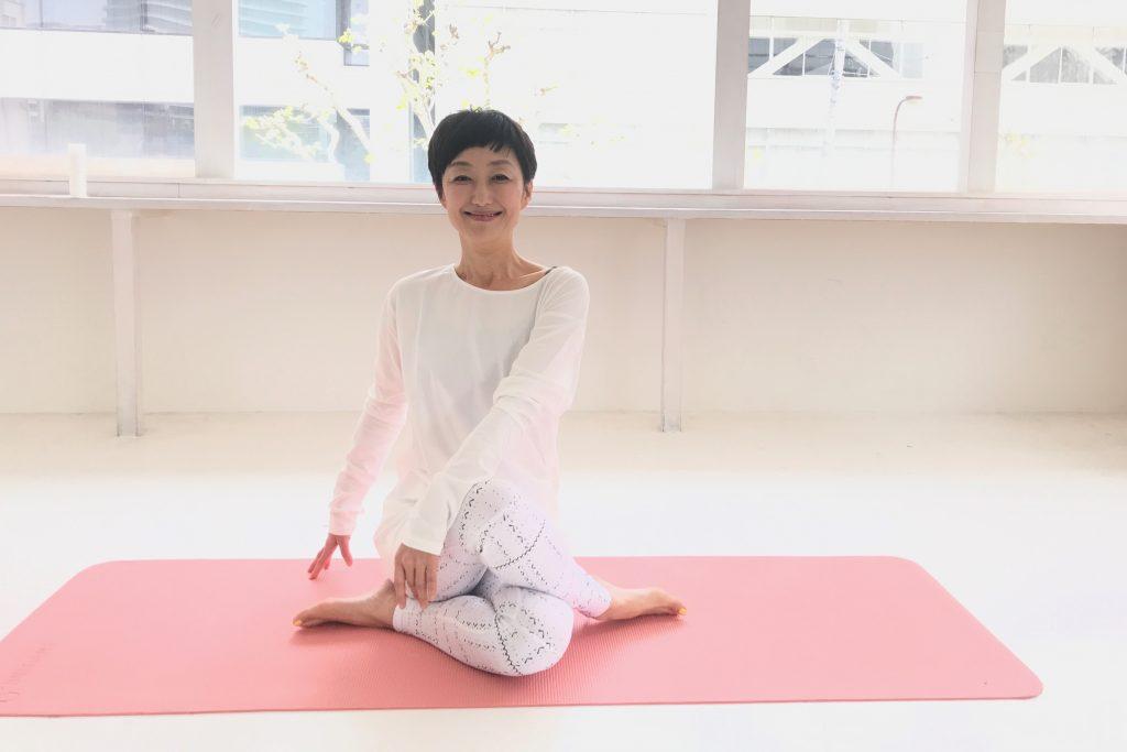 ヨガのポーズをとる美容家、オーガニックスペシャリストの吉川千明さん