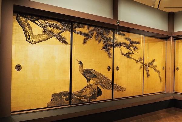 お寺のような空間の中で、  応挙寺の襖絵群を鑑賞