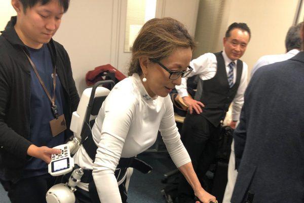 ロボットスーツHALを着た「朝倉ガンダム」(?)の興奮をお伝えします
