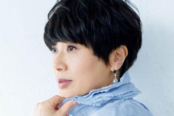 黒田知永子さん、ピアスやミニバッグ、オレンジのチーク…「女らしさ」をちょい足しするアイテムは