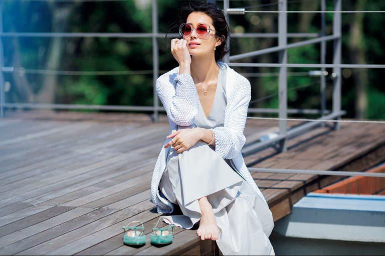 ピンク系レンズの薄色サングラスなら、大人の肌を美しくやわらかな印象に!