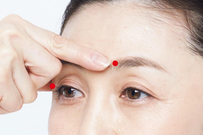 スマホの凝視でできる眉間ジワを「指プレス」でのばす/神エステティシャンのシワ取りテク⑤