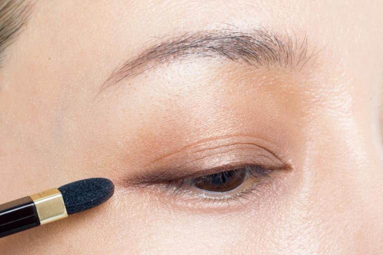 目のフレームがぼんやりしてきたら、アイシャドウで目の幅を広げてみて!/AYA流「目もと印象」強化塾④