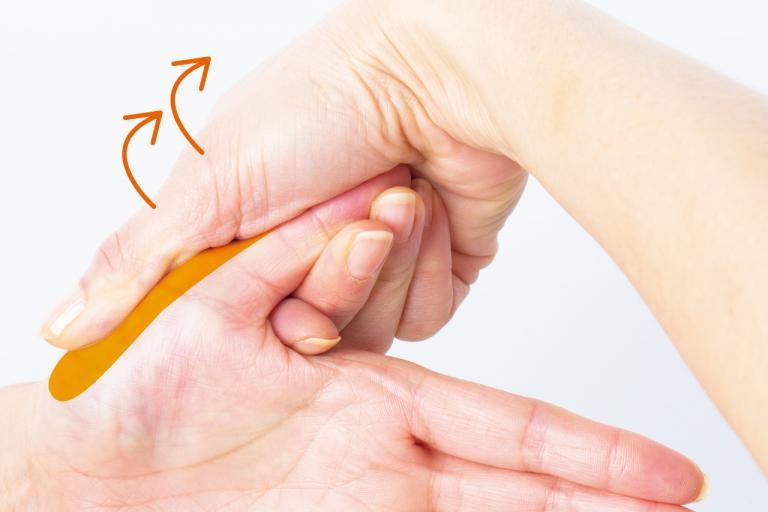 腰痛に対処する「手もみ」ケアは、 痛みのある側の反対の手に行うのがポイント!