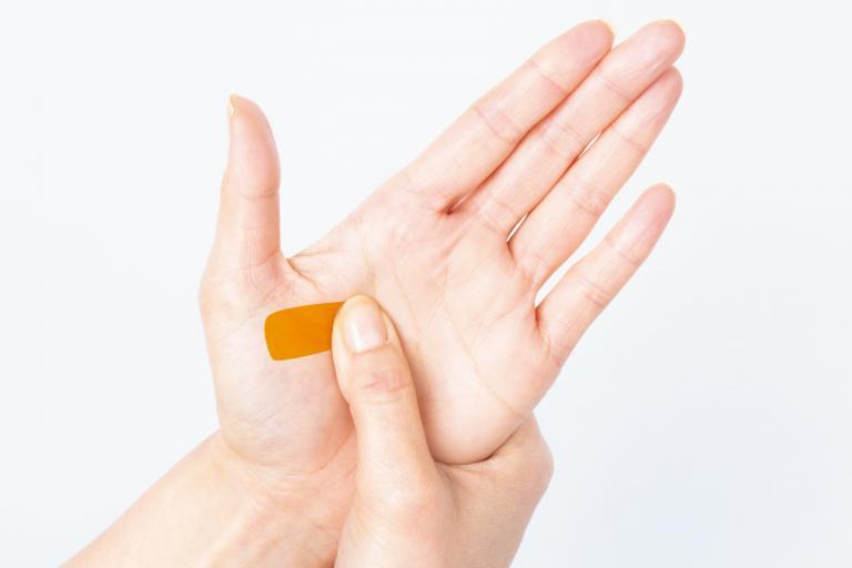胃の不調の改善には、胃と背中の張りをほぐす/不調に効く「手もみ」ケア