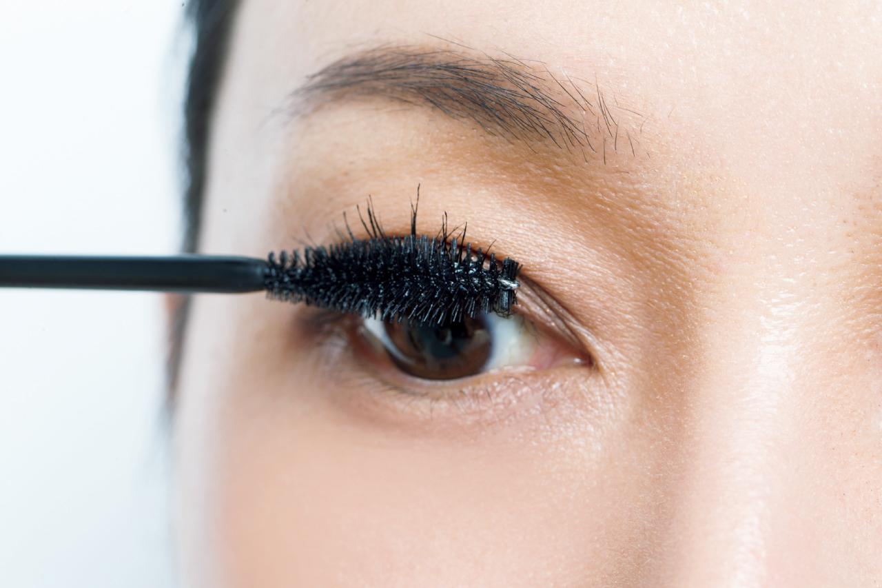 細く少ないまつ毛には、黒いマスカラでボリュームアップ!/「目もと印象」強化塾⑦
