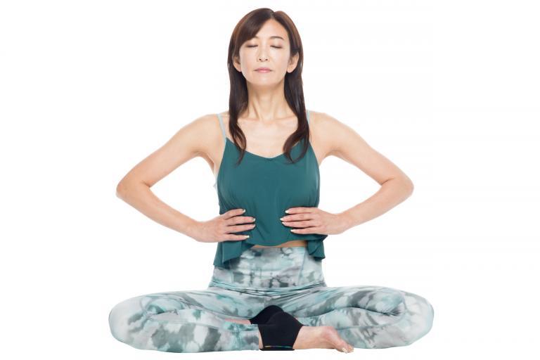 52歳・奇跡の美ボディ中島史恵さんの「逆トレ」。まずは準備体操で体のバランスを整える