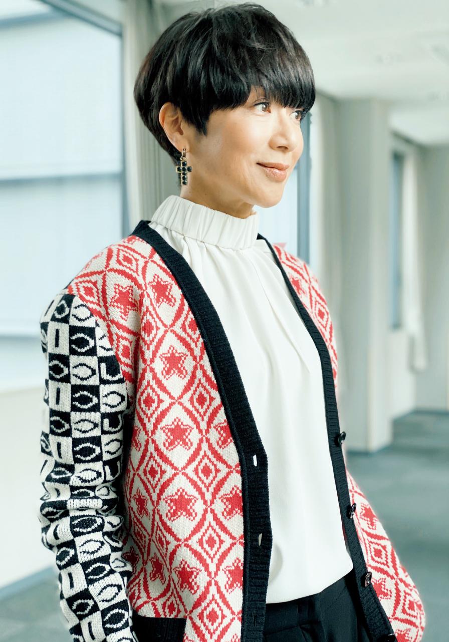 黒田知永子さん モノグラムの模様編みカーディガンにドレープの美しいシルキーなブラウスを合わせて