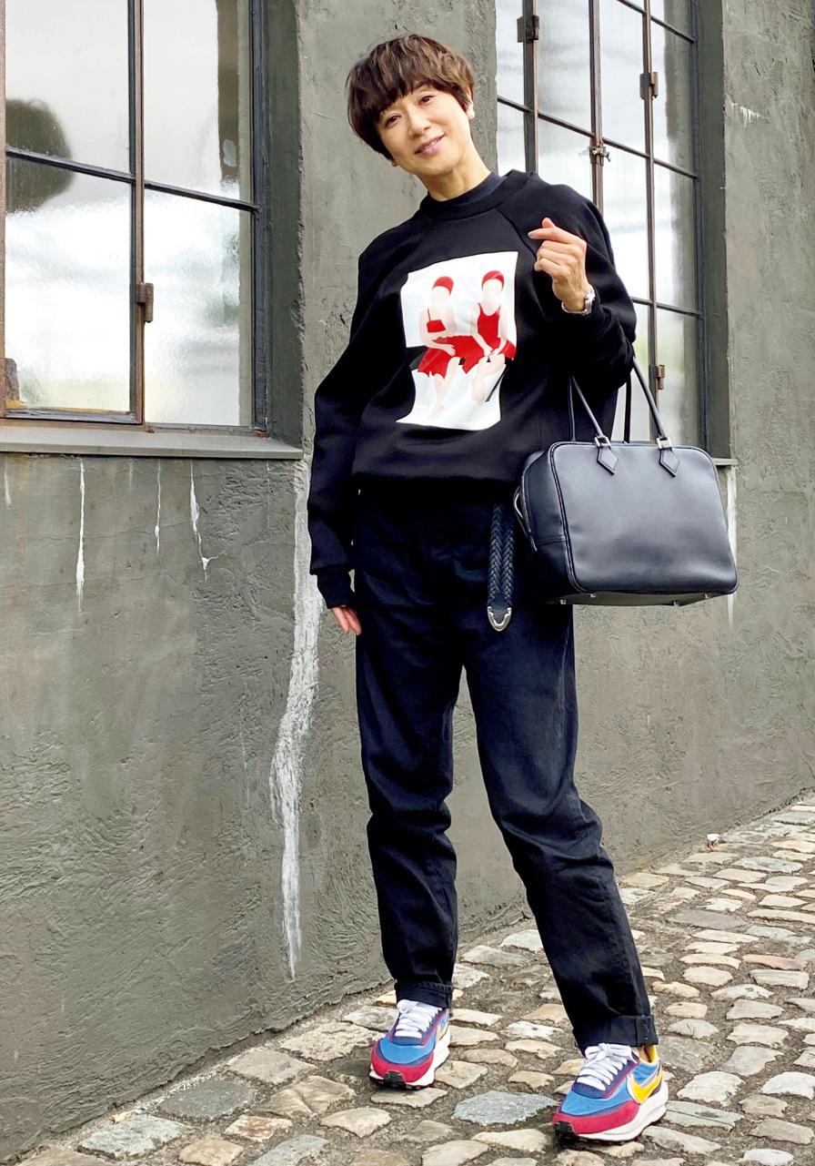 黒田知永子さん 袖のつき方に特徴のあるスウェットにデニム