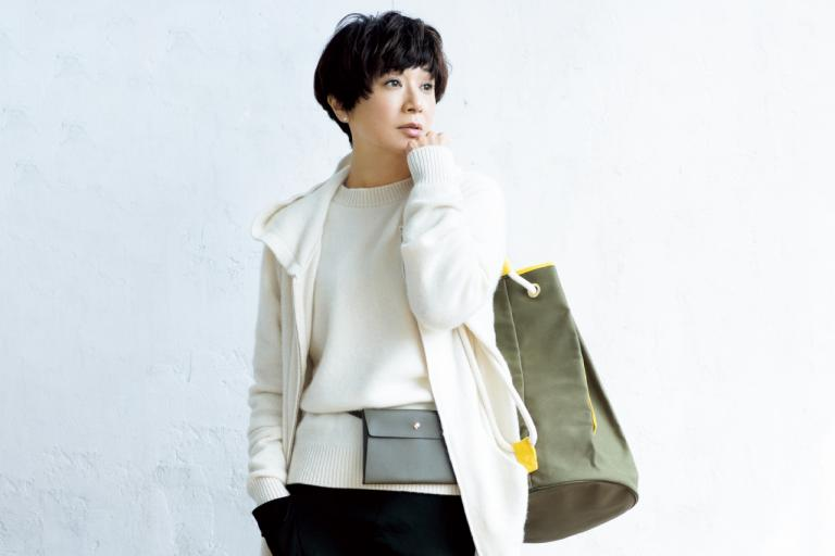 黒田知永子さんが着る/ 身軽になれるハンズフリーバッグや新鮮味のあるデザインスカートで、おしゃれを楽しむ