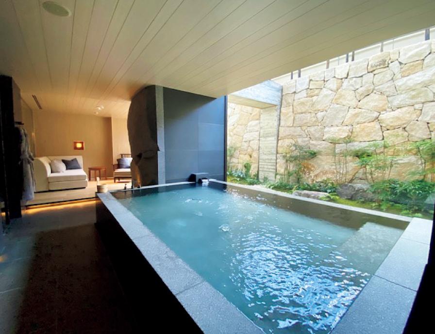 庭を望むプライベート温泉