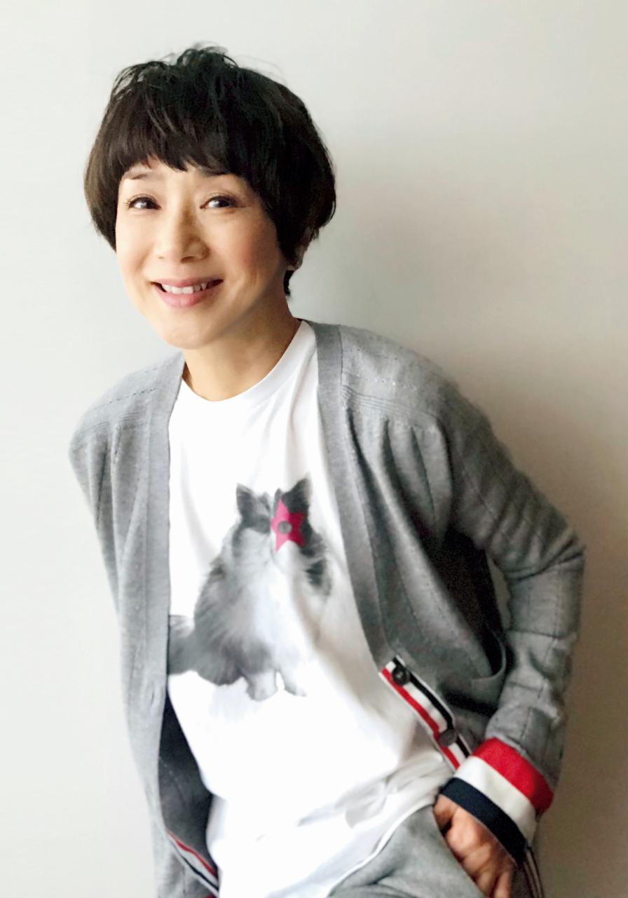 黒田知永子さん 猫Tシャツとトリコロールのニット