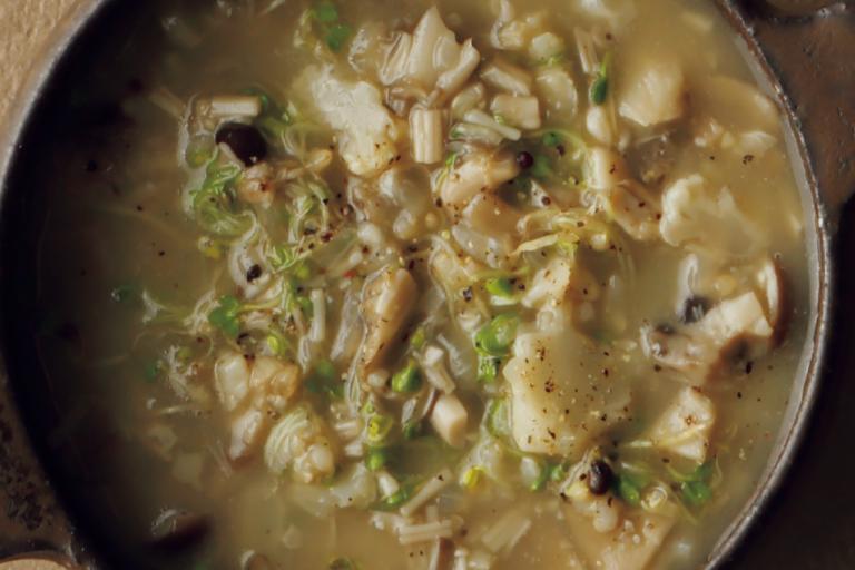 玄米入りで満足感大!「ざく切りきのこのスープ」/野菜スープに「+きのこ」で栄養価とおいしさアップ