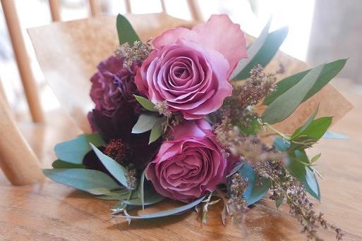 小さなバラの花束とタルトタタン