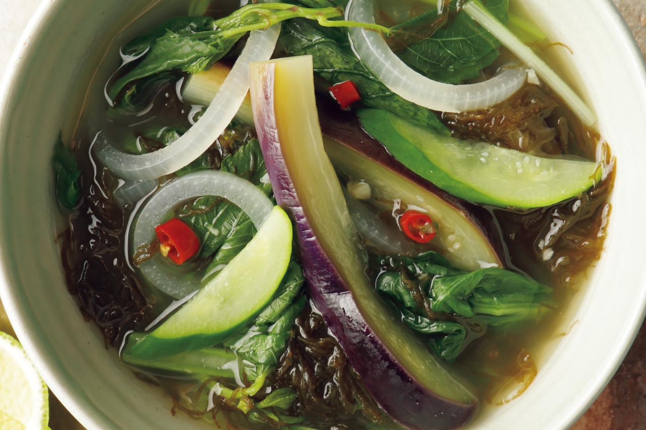 抗酸化成分<クロロフィル>が多い野菜で「なすと青菜、もずくのタイ風スープ」/野菜スープに「+海藻」で栄養価とおいしさアップ