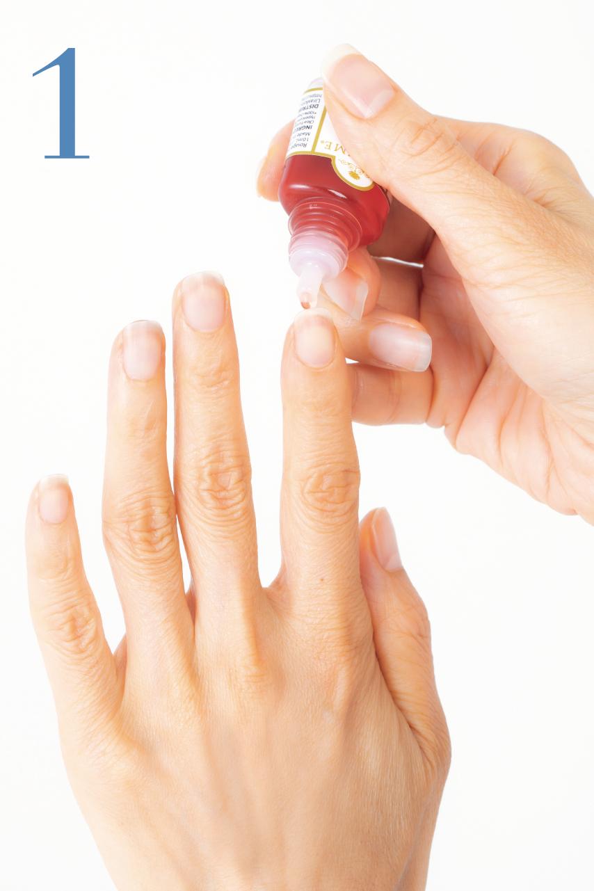 指先を上に向けて、爪の裏側と爪の間にオイルを垂らしていきます