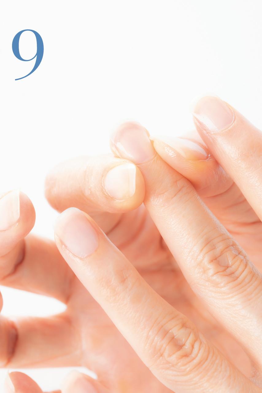 指先を1本1本、左右からつまむようにして優しくもみ込みます。すべての指を同様に