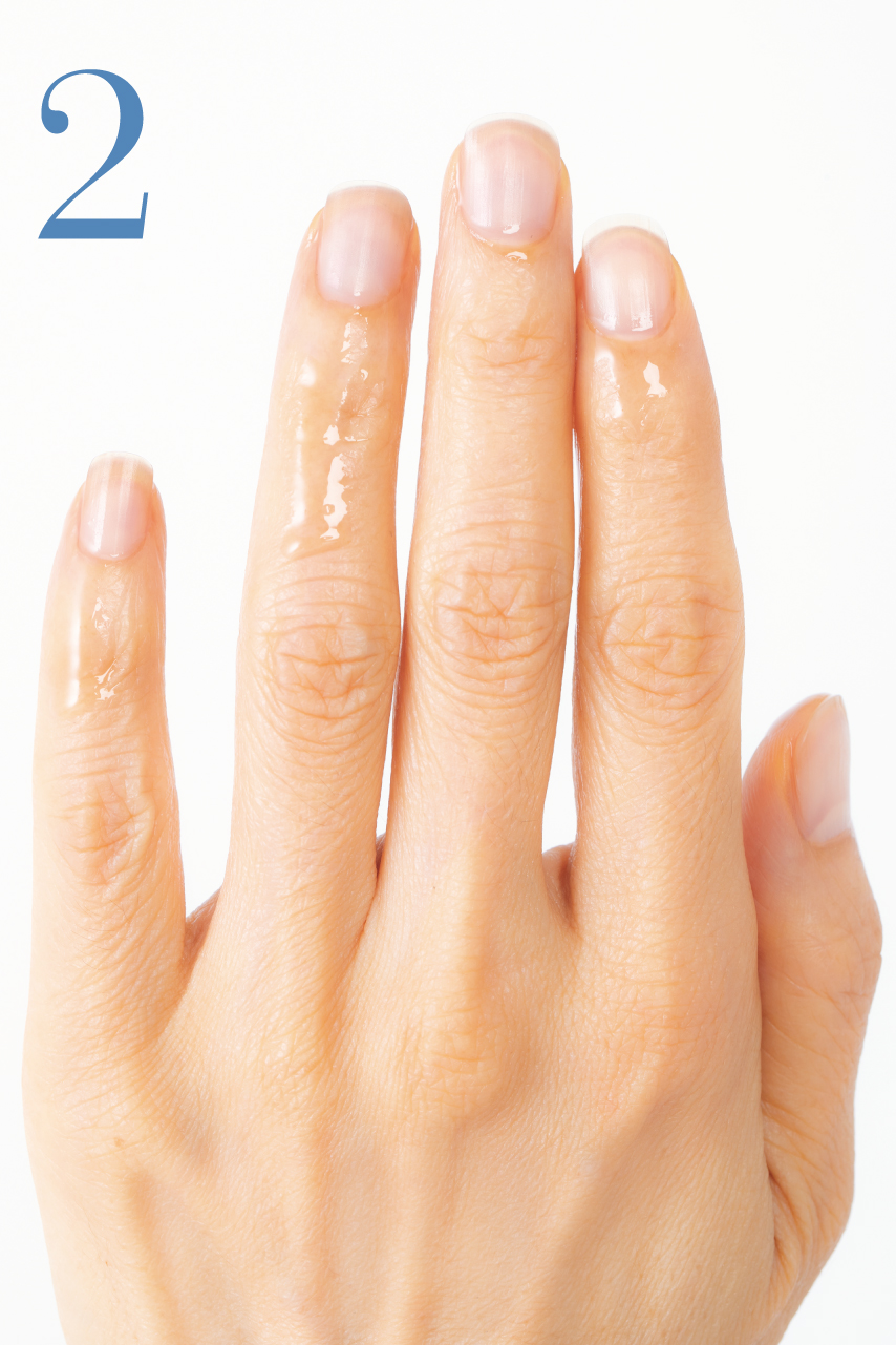 オイルの量は、爪の先から爪の左右の両側まで垂れるくらいたっぷり、が目安です