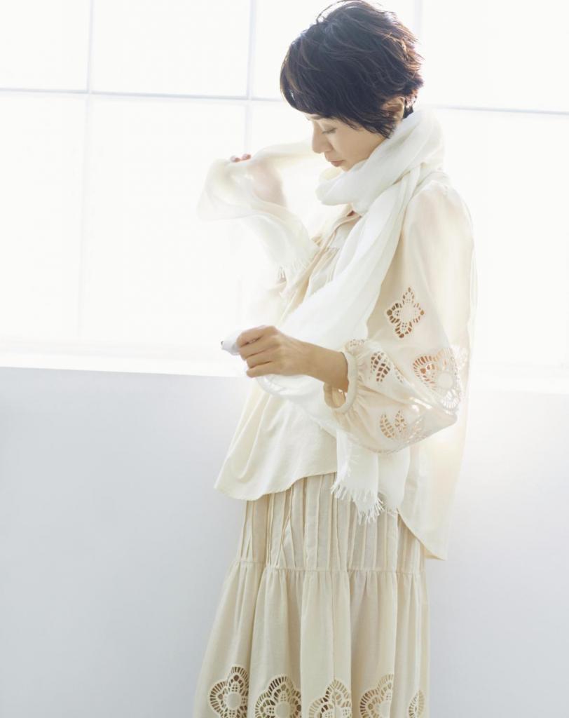ブラウスとスカートのセットアップはクロエ。オフホワイトのシルクカシミアと合わせて。