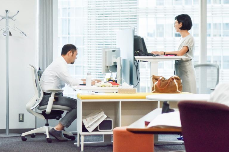 世界一座りすぎの日本で導入されはじめた 「スタンディングワーク」とは/「座りすぎ時代」のセルフケア④