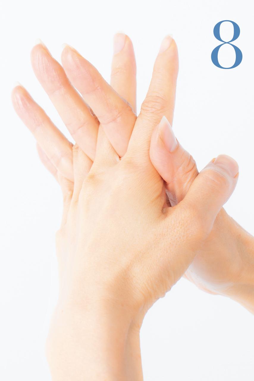 左右の指を交差させて、指の間や関節にもオイルをしっかり塗り込んでいきます