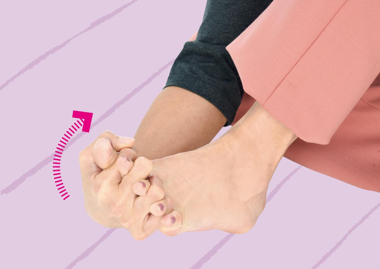足の下側から反対側の手指を入れて上向きに曲げて15秒キープ