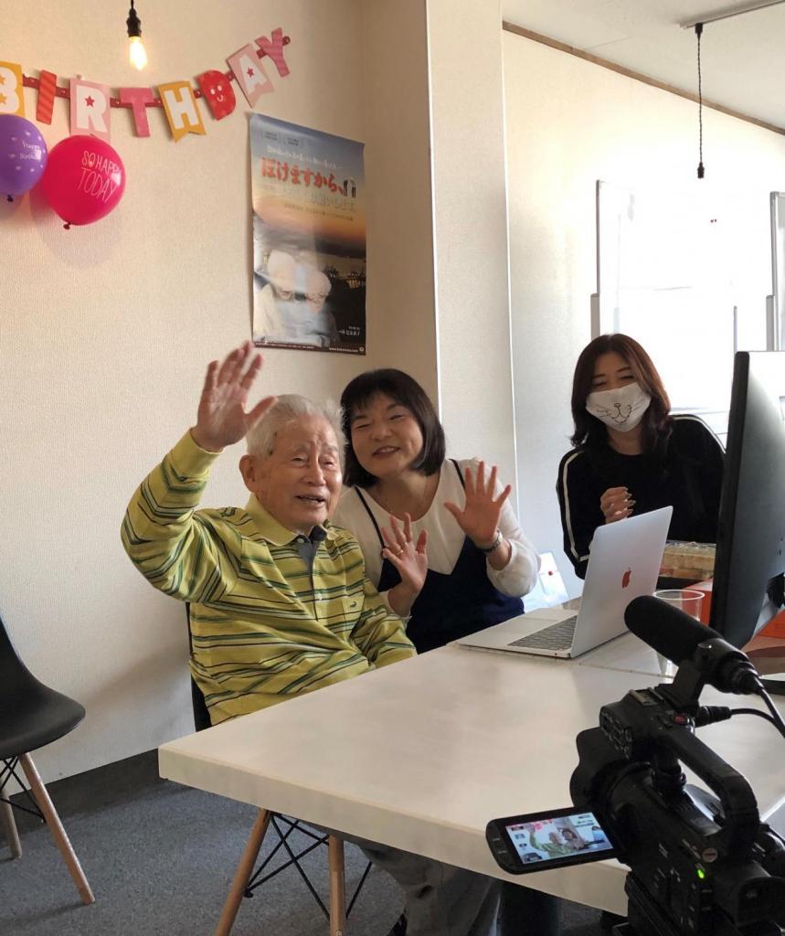 映画『ぼけますから、よろしくお願いします』監督の信友直子さんと100歳の誕生日を迎えた父・良則さん