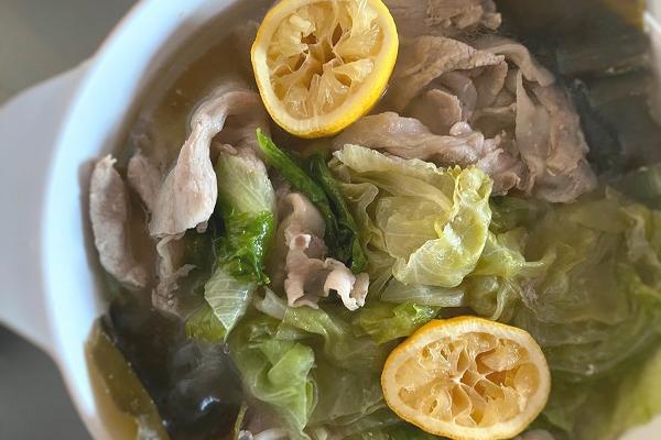 鍋ひとつでOK!冬太り解消! レタスまるごと 1 個と豚のレモン風味鍋