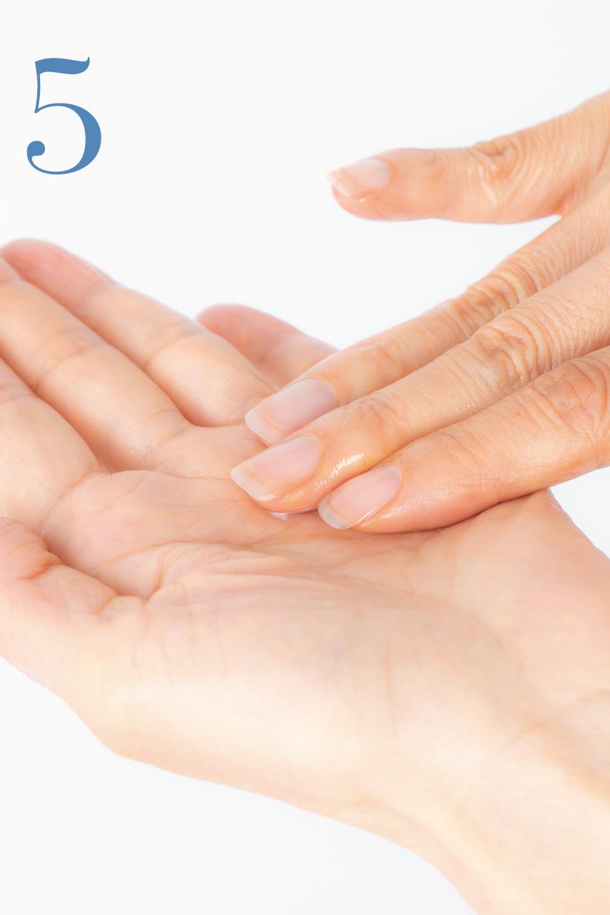 反対側の手の指先で、指についたオイルと水を混ぜ合わせて乳化させます