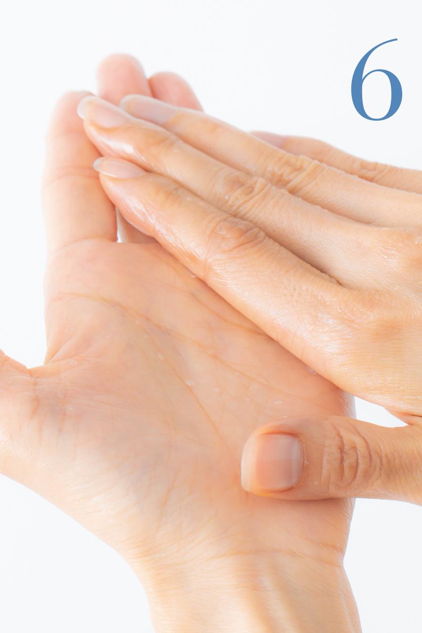乳化したオイルを手のひら全体に広げ、なじませます