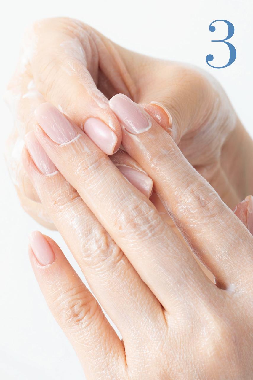 親指、人差し指、中指で指を1本ずつつまみ、根元から指先へすり上げ、爪の根元を軽くプッシュ