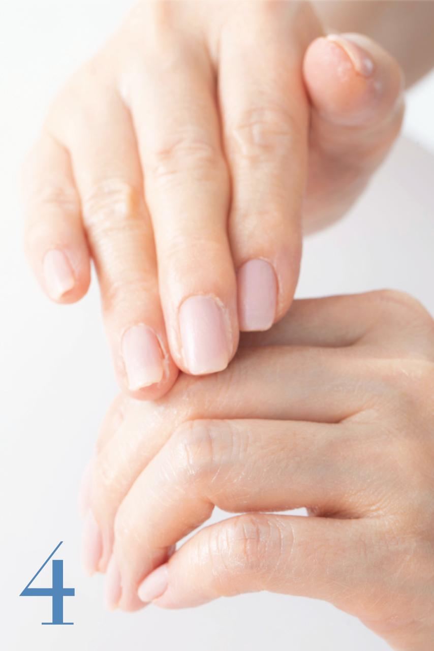 指を曲げ、関節のシワを伸ばした状態でクルクルと円を描くように関節部分をマッサージ