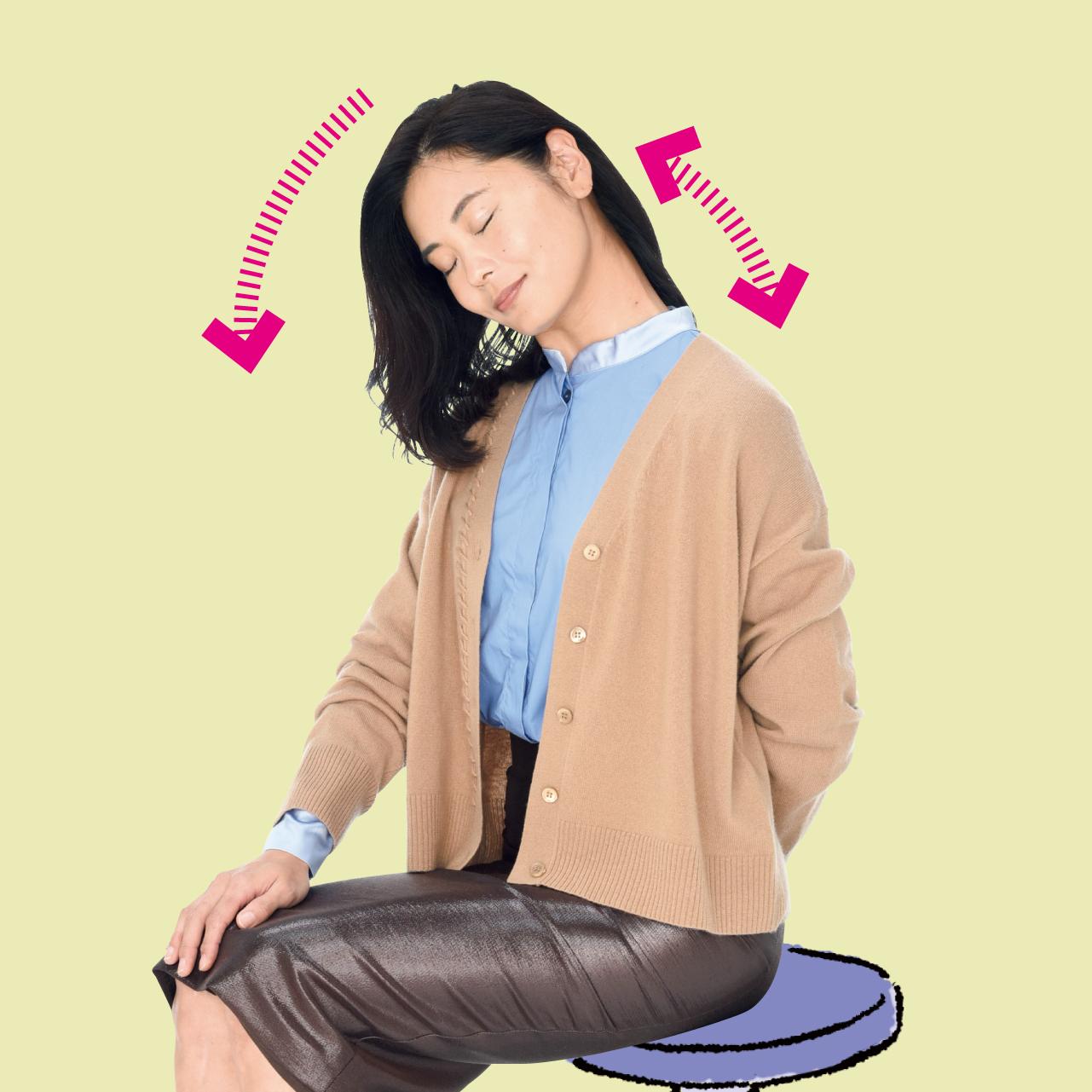 伸ばしたいほうの手の甲(ここでは左手)を反対のお尻に固定して、頭を斜め右前に倒した状態を正面から見た場合