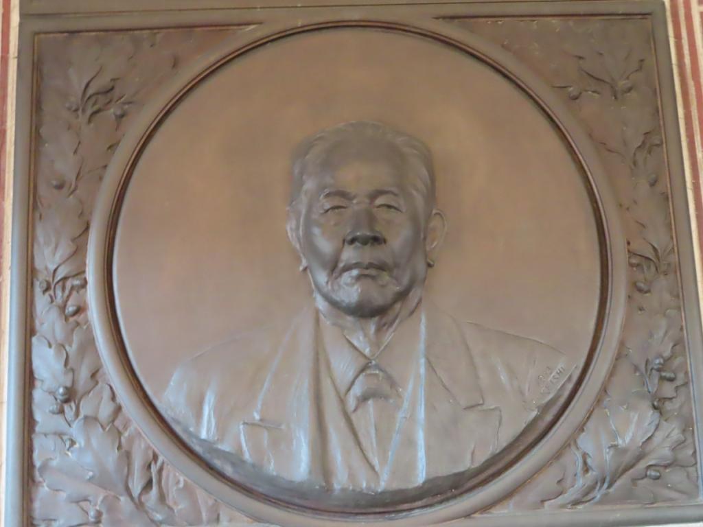 誠之堂(せいしどう)の内観-渋沢栄一の肖像レリーフ