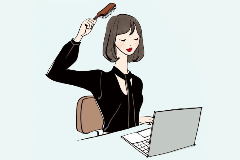 <美容ライター片岡えりさんのぺしゃ髪対策>ブラシを使い分けて頭皮を刺激/ツヤ・ふわ美髪のあの人がしていること⑤