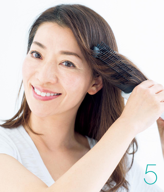 5 顔まわりの髪は、外巻きに流して毛流れを作る