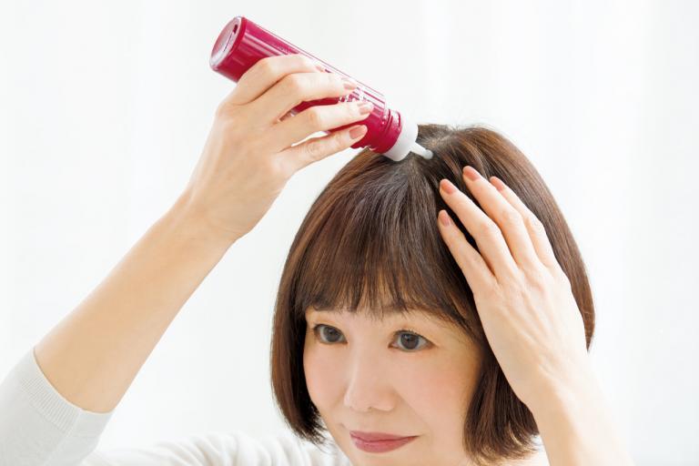 <ビューティエディター入江信子さんのぺしゃ髪対策・前編>マッサージは、べたつきにくい育毛美容液で/ツヤ・ふわ美髪のあの人がしていること①