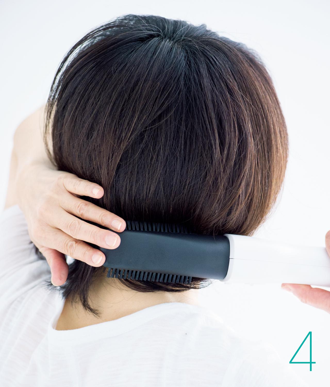4 浮きやすい衿あしの髪も表面からとかして押さえる