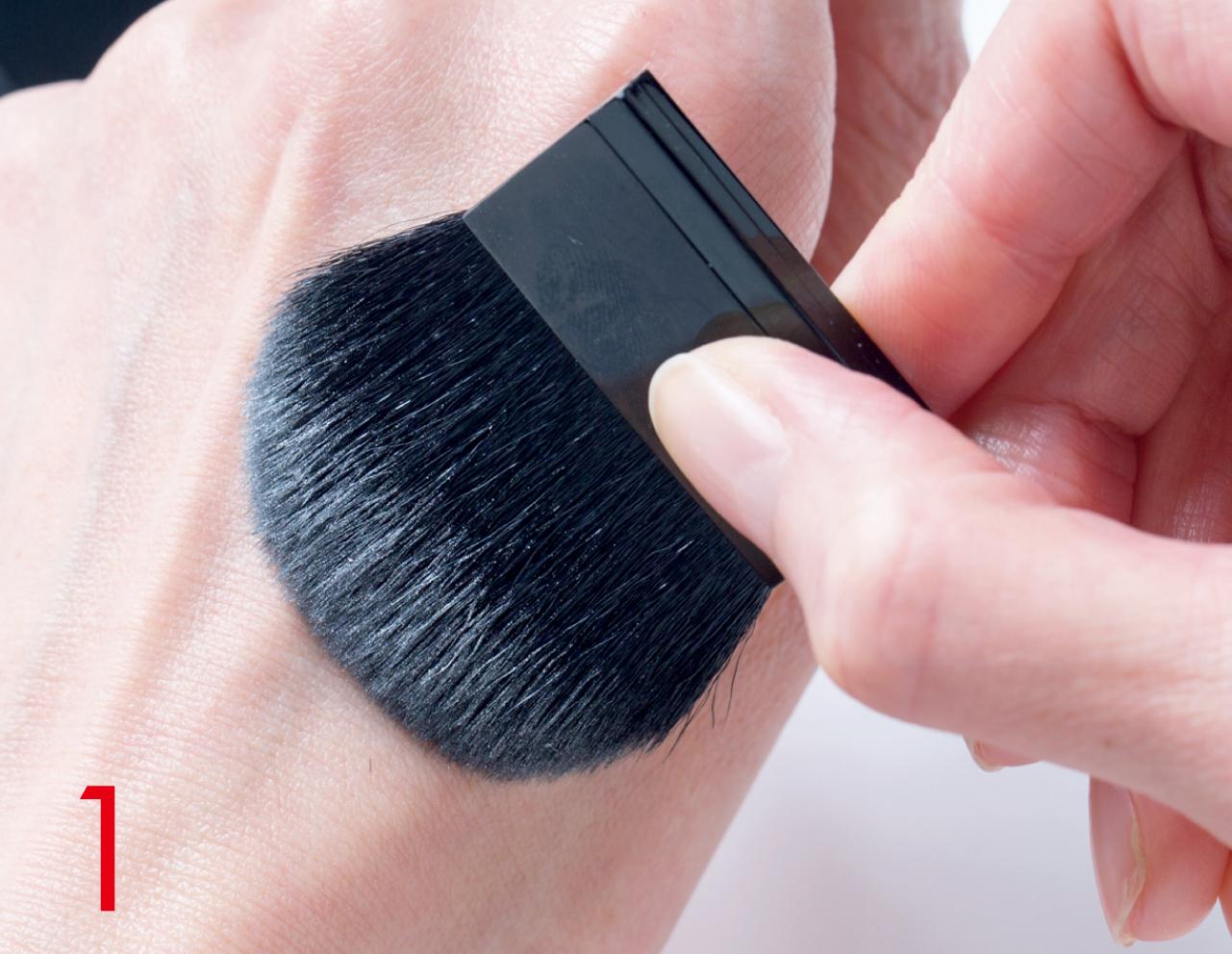 手の甲で余分な粉を払って、量をコントロール